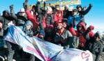 Au sommet du Kilimandjaro, les participants d'un défi caritatif relevé l'an dernier au profit du Centre des femmes La Parolière, à Sherbrooke.