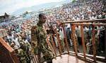 Un membre du M23 mercredi devant la foule rassemblée dans le stade Volcano de Goma