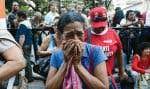Des partisans émus d'Hugo Chávez se sont rassemblés mardi devant l'hôpital militaire où est décédé le président vénézuélien. Des manifestations spontanées ont éclatées, notamment à Caracas.