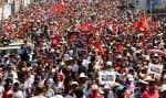 Une marée humaine de plusieurs milliers de personnes venues de tout le pays a participé samedi aux funérailles de l'opposant assassiné Mohamed Brahmi, dans un climat tendu à Tunis, où l'enterrement s'est terminé en manifestations anti gouvernementales.