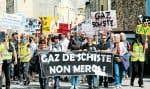 La fracturation hydraulique inquiète une partie des populations locales à travers le monde. Ci-dessus, une manifestation rassemblant quelques milliers de citoyens à Donzère, dans la Drôme, en France.