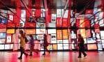 Le paysage urbain est depuis longtemps couvert de textes, de publicités, de panneaux indicateurs, mais aussi, maintenant, de plus en plus de jeux de lumières, de projections et d'œuvres d'art.
