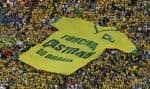 Au-dessus des partisans de l'équipe du Brésil, un immnense T-shirt d'un fan club.