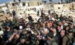 Mahmoud Abbas a été entouré par une horde de journalistes hier à son arrivée à la prison de Jéricho.