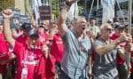 Plusieurs retraités municipaux ont manifesté mercredi devant les bureaux du premier ministre Couillard.