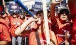 Des centaines d'employés municipaux manifestaient bruyamment hors du Salon rouge, où se tiennent les audiences de la commission parlementaire.