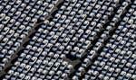 Des voitures de marque Porsche dans la cour de l'usine de Leipzig, en Allemagne, prêtes à être livrées aux concessionnaires