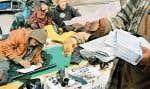 Un jeune itinérant montre la série de contraventions que les policiers montréalais lui ont remis pour des entorses aux réglements municipaux