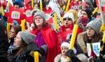 20 000 personnes se sont réunies dimanche dernier sur la place Émilie-Gamelin à Montréal et 10 000 de plus dans une vingtaine de villes ailleurs au Québec pour dénoncer les coupes de 120 millions de dollars prévues par le gouvernement Couillard.
