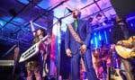 David Byrne avec, à droite, le musicien Paul Beaubrun