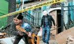 À Valparaiso, des résidants sortent de leur domicile, emportant avec eux leurs effets personnels.