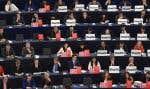 Les membres du Parlement européen, certains affichant des slogans contre l'accord, au moment du vote sur l'AECG