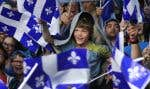 Drapeaux — et parapluies — ont parsemé la foule place des Festivals, à Montréal.
