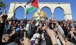 Des Palestiniens musulmans ont manifesté leur colère devant le dôme du Rocher à Jérusalem pendant la prière du vendredi.