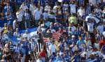 Des partisans portent les couleurs du Salvador lors d'un match de football à Houston.
