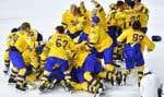 L'équipe suédoise célèbre sa victoire contre la Suisse lors de la finale du championnat mondial de hockey.