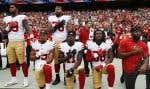 Des joueurs des 49ers de San Francisco s'agenouillent pendant l'hymne national, avant un match contre les Redskins de Washington, en octobre 2017.