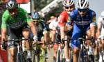 Fernando Gaviria (à droite) a franchi la ligne d'arrivée, mardi, devant le Slovaque Peter Sagan (à gauche) et l'Allemand André Greipel (à l'arrière-plan), remportant ainsi la quatrième étape du 105eTour de France.