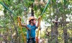 Les marches en forêt doivent se faire en pantalon en remontant les chaussettes par-dessus le bas du pantalon, en appliquant du chasse-moustiques et en évitant de gambader dans les herbes hautes.