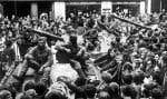 Dès l'aube, des centaines de Pragois se massent devant l'immeuble de la radio cerné par les blindés.