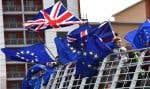 Des militants anti-Brexit bradissent des drapeaux du Royaume-Uni et de l'UE sur le pont du Millénaire lors d'une manifestation à Newcastle, dans le nord-est de l'Angleterre, le 15 mars 2019.