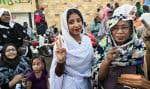 En quelques jours, Alaa Salah (centre) est devenue le visage de la révolte populaire au Soudan. Dans une vidéo abondament relayée sur les réseaux sociaux, on la voit en train de chanter et de danser au cours d'une manifestation. Son image est maintenant reproduite sur des panneaux d'affichage, par des graffitis et en ligne.