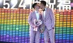 Shane Lin et Marc Yuan, deux hommes qui étaient tombés amoureux à l'université, ont été les deux premiers.