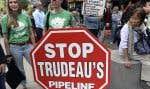 Des militants écologistes ont protesté, mardi, à Vancouver, contre la décision du gouvernement Trudeau d'aller de l'avant avec l'expansion du pipeline Trans Mountain.