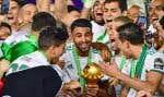 Star de la sélection, Riyad Mahrez (ici avec la coupe) n'était pas né le 16 mars 1990, comme la majorité de ses coéquipiers, au jour de l'unique sacre, à domicile, de son pays passionné de foot, mais rarement récompensé.