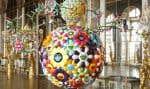 Une des œuvres aux couleurs acidulées de l'artiste japonais Takashi Murakami est exposée dans les murs de Versailles.