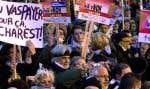 «Français! Français! Français!», ont scandé quelques milliers de personnes massées devant le bureau montréalais du premier ministre Jean Charest.