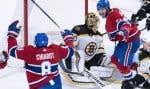 Phillip Danault (à droite) du Canadien célèbre un but de son coéquipier Ben Chariot,quatre minutes après qu'un but eut été refusé aux Bruins de Boston.