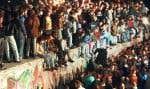 Des Allemands fêtent sur le mur de Berlin, deux jours après sa chute, le 9 novembre 1989.