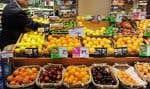 Jean-Pierre Gariépy, du marché Metro Plus de la Montagne, jette un coup d'œil au comptoir de fruits.