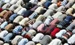 La chaleur a forcé un musulman à interrompre sa prière, vendredi à Bagdad. Hier, le mouvement du dirigeant chiite Moqtada Sadr a annoncé que son parti se participerait pas aux élections prévues en octobre.