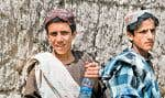 Deux jeunes Afghans sont abordés par une patrouille canadienne près du village de Zangabad.