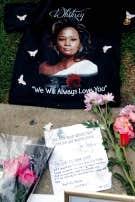 Petit m&eacute;morial en souvenir de Whitney Houston, &agrave; l&rsquo;ext&eacute;rieur de l&rsquo;h&ocirc;tel de Beverly Hills o&ugrave; la vedette est d&eacute;c&eacute;d&eacute;e samedi dernier.<br />