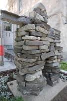 L'inukshuk, ici celui du Musée McCord, rue Sherbrooke à Montréal, est un monument dressé, de taille moyenne, de composition plurilithe, ni sculpté, ni cimenté, de forme anthropoïde, dispersé dans les nunas, présent au-delà de celles-ci, rempl