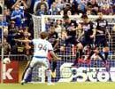 Le milieu de terrain Marco Donadel a vu son tir bloqué par le mur défensif de Club América en première demie, devant une salle comble de 61 004 spectateurs au Stade olympique.