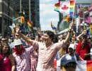 Notre PM canadien, Justin Trudeau, dans un geste historique et politique pour les LBGTQ2 à la Gay Pride de Toronto, dimanche dernier. Ses gardes du corps ont travaillé fort.