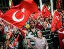 Rassemblement de militants du président Erdogan sur la place Taksim à Istanbul vendredi soir. Plus tôt, le président avait appelé, devant les députés, ses militants à continuer à descendre dans les rues, «jusqu'à nouvel ordre».