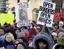Quelques centaines de personnes ont manifesté devant l'ambassade des États-Unis à Ottawa, lundi.