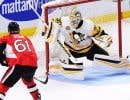 Le gardien Matt Murray bloque le tir de Mark Stone.