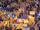 Des amateurs de football catalans brandissant des drapeaux indépendantistes avant un match du Barça contre le FC Girona, le 23 septembre dernier