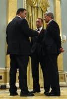 James Moore en compagnie de Peter Mackay et de Stephen Harper.