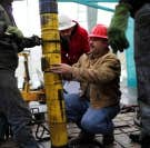 Ces travailleurs s&rsquo;affairent sur un puits de forage de gaz de schiste au Texas, un des neuf &Eacute;tats dont le sous-sol a re&ccedil;u plus de 100 000 tonnes de liquides de fracturation contenant au moins un produit canc&eacute;rig&egrave;ne. Contrairement &agrave; la France, qui se pr&eacute;pare &agrave; interdire cette activit&eacute;, le Qu&eacute;bec s&rsquo;en tiendra &agrave; encadrer cette fili&egrave;re.<br />